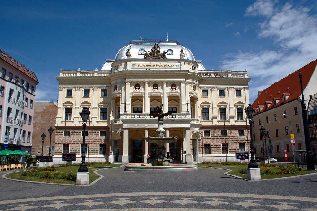 Slovak_National_Theatre_in_Bratislava_-_Old_building(FILEminimizer)