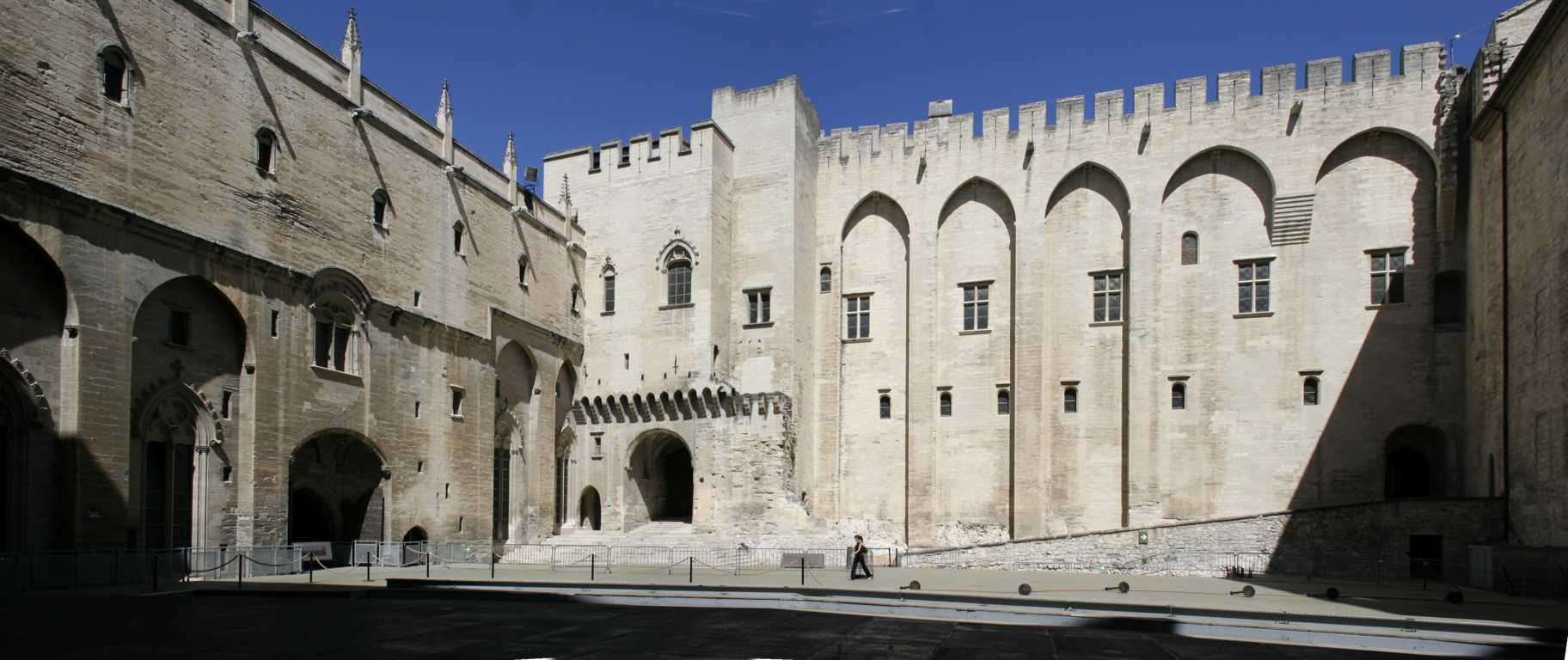 Avignon_Papal_Palace_-_Court_d'honneur(FILEminimizer)